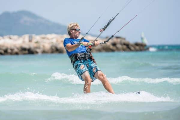 marc alvarez haciendo kitesurf en alcudia palma de mallorca 600x400 - Multiactivity in group, friends or family