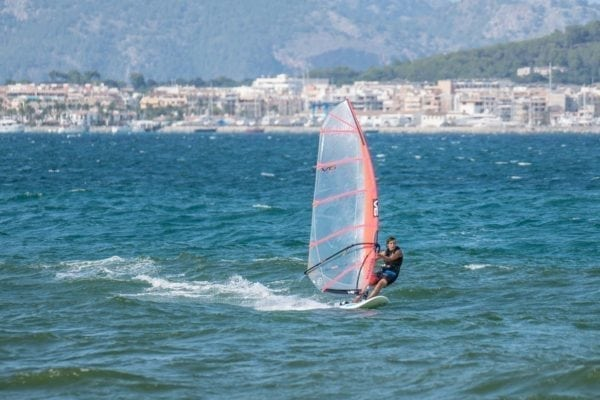 curso de perfeccionamiento de windsurf en mallorca en mallorca 600x400 - Beginner's private class or perfecting Windsurf