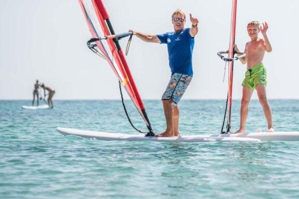 marc alvarez in seiner windsurfschule auf mallorca
