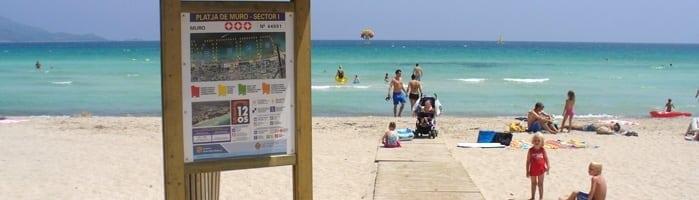 acceso de madera a la playa de muro en alcudia