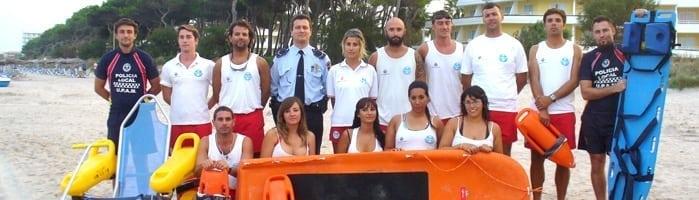 equipo de socorrismo en la playa de muro de mallorca