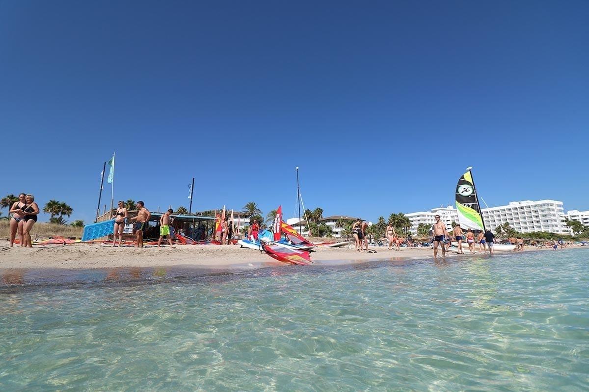 instalaciones a pie de playa de la escuela de kitesurf en mallorca watersportsmallorca - Facilities