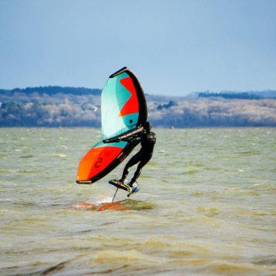 Wing  Foil; jetzt kannst Du über das Wasser von Playa de Muro fliegen!